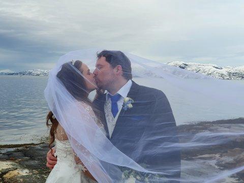 ENDELIG: Etter halvannet års venting ble bryllupet holdt i vakre omgivelser i Alta.