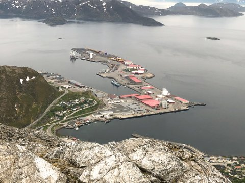 SETT FRA TYVEN: Norsea Polarbase i Rypefjord får lokale ringvirkninger etter avtalen med OMV. Bildet er tatt fra Tyven i juni i fjor sommer. Foto: Trond Ivar Lunga