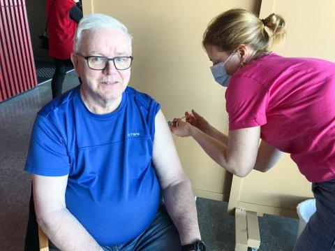 FØRSTE DOSE: Her får Vigleik Østnes sin første dose med Pfiser-vaksine av helsesykepleier Kari Kvam Jørstad. Foto: Trond Ivar Lunga