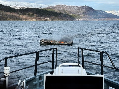 Sank: Båten til Kjell Eliassen ble forsøkt slept til lands, men sank til bunns etter en stund.