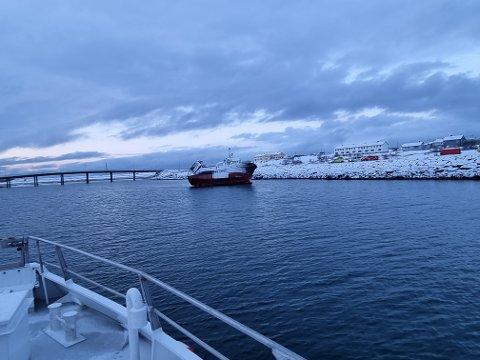 PÅ GRUNN: Slik havnet fartøyet natt til lørdag, før det kom seg løs og båtjakten startet.