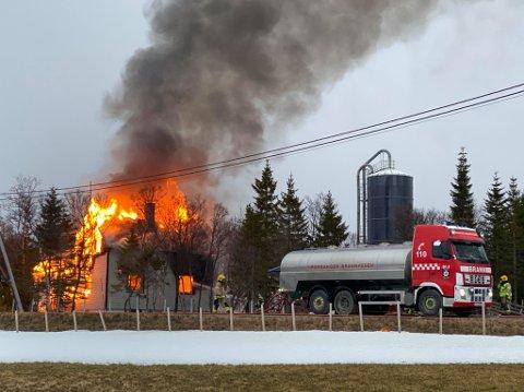 OVERTENT: Huset kan karakteriseres som overtent. Like til høyre for det brennende bolighuset, er det fjøsbygninger.