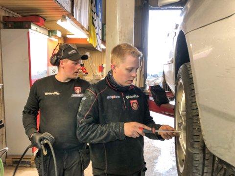 TO BRØDRE: Espen K. Arnesen (til høyre) og Jon-Åge Johannessen har hendene fulle i disse dager. Foto: Trond Ivar Lunga