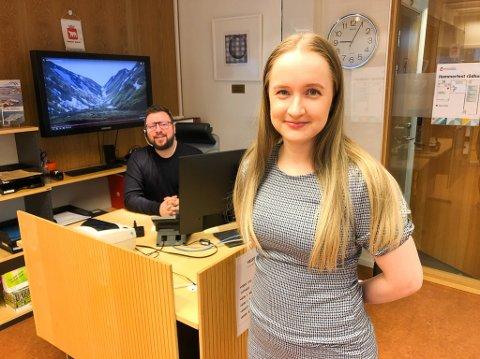 FÅR MANGE TELEFONER: Simone Mauno Krystad og Ørjan Pedersen på Servicekontoret får mange henvendelser om blant annet vaksinering. Foto: Trond Ivar Lunga