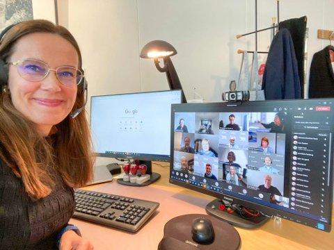 ANTALL NÆRKONTAKTER GÅR NED: Ordfører Marianne Sivertsen Næss sier det er positivt at antall nærkontakter går ned. Her fra det digitale møte på mandag. Foto: Hammerfest kommune