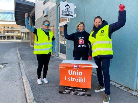 STOR STREIKEVILJE: Cecilie Garland-Thomas, May Liss Berg og Helene Thoresen Haugsnes sto streikevakter på torsdag.