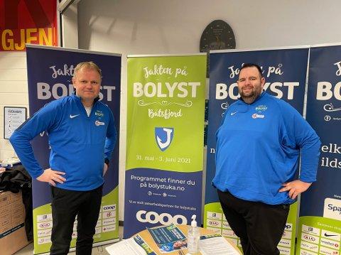 PÅ PLASS: Bolystuka kommer til Båtsfjord. Lørdag hadde Roger Finjord (til venstre) og Aleksander Johansen i Jakten på bolyst stand på Extra-butikken i bygda.