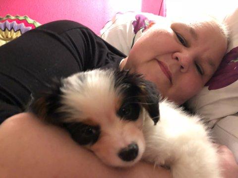 TAPTE KAMPEN MOT KREFTEN: Heidi Nilima MONSEN kjempet to runder mot kreft. Den første vant hun. Her er hun avbildet sammen med hunden sin Valo i oktober 2018.