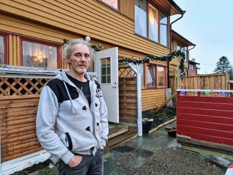 TILBYGG: Den andre grunnen som oppgis for utkastelsen er leveggen som Tommy Andreassen har satt opp.