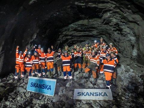 TUNNELFOLKET: Denne gjengen har hatt en stri tørn med å komme seg gjennom Skarvbergets dårlige fjell. Men i går var det endelig gjennomslag i den nye tunnelen.