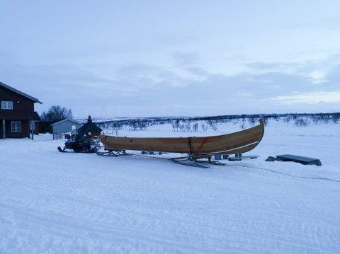 VINTERFRAKT: Mollisjok Lodge har investert i to nye elvebåter. Den første ble fraktet til fjellstua med scooter og slede.