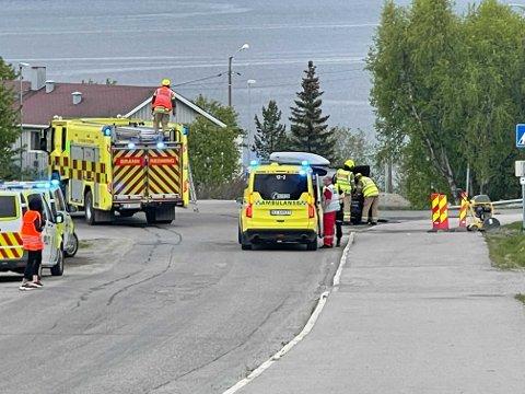 ALLE PÅ PLASS: Brannvesenet, politiet og ambulansepersonell er på plass.