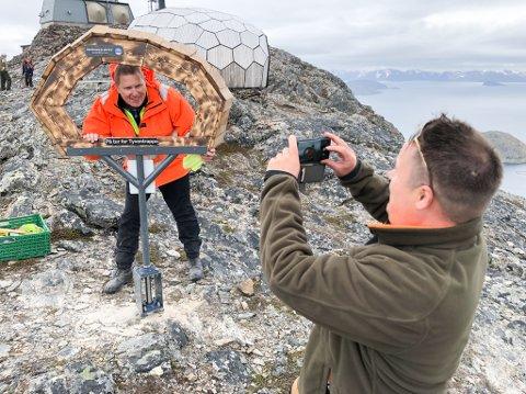 FØRST UTE: Ragnvald Berntsen tar det første bilde av selfierammen med Ken Andre Olsen som modell. Foto: Trond Ivar Lunga