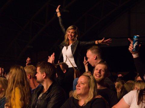 I STORSLAG: Camilla Sørhus-Hansen i storslag da Åge Aleksandersen og Sambandet hadde konsert under Grenseløsfestivalen i 2018. Nå er det bare å finne seg nye skuldre å sitte på.