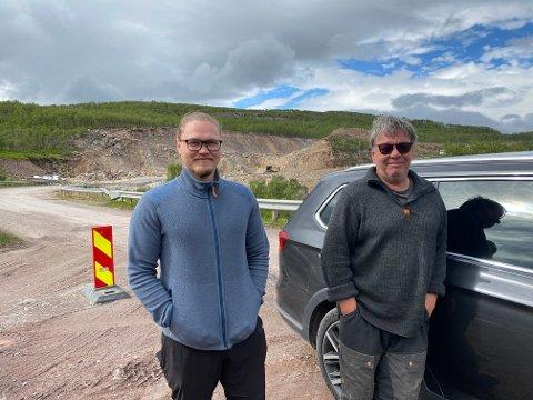 GJØR LIVET ENKLERE: Med reparert vei blir livet enklere for de to naboene Harry Johansen (til høyre) og Andreas Gundersen i Torhop. Her med rasstedet i bakgrunnen.