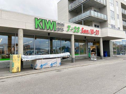 STENGER I EN KORT PERIODE: Dagligvarebutikken på Alta sentrum, Kiwi, er også en søndagsåpen butikk. Nå skal butikken få seg en oppgradering, og vil derfor stenge i noen uker på sommeren.