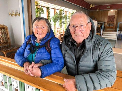 NED PÅ KNE IGJEN: Johanne Sofie og Reidar Pedersen var tilbake på samme sted som de giftet seg for snart 60 år siden. Foto: Trond Ivar Lunga