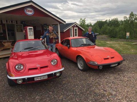 BIL: Knut-Birger Fleischer-Pedersen og Frank Dahl Erke er svært fornøyde med å være eiere av hver sitt eksemplar av den relativt sjeldne veteranbilen Opel GT 1900.