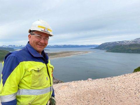 OPPE I BRUDDET: Tom Ivar Utsi (48) har jobbet seg «opp i gradene», og overtok 1. juni som daglig leder i Elkem Tana i Austertana. Her er han avfotografert på veien opp i bruddet, med fin utsikt over innløpet til Austertana.