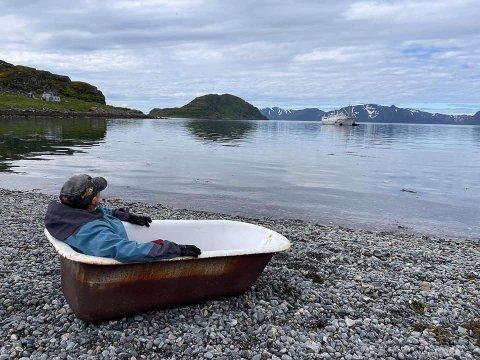 SPESIELLE FUNN: Et badekar var et av funnene etter ryddeaksjonen på Seiland forrige uke.