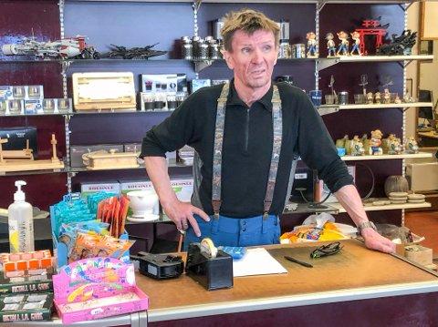 HÅPER PÅ ÅPNING: Innehaver Ole Nilsen på lekebutikken håper han snart kan åpne dørene igjen. Foto: Trond Ivar Lunga