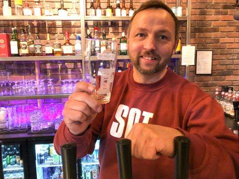 BARE SKJENKING: Nå kan Tommy Niska servere gjestene sine alkohol uten å måtte tenke på spiseplikt. Foto: Trond Ivar Lunga