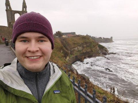 Leif Bjarne gleder seg til å sette i gang med sitt doktorgradprosjekt. Han har fått tildelt stipend fra Aker Scholarship til finansiering av studieplassen. Her står Leif Bjarne foran katedralruinen i St Andrews hvor han tok sin mastergrad.