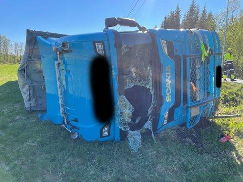 KOM SEG UT: Gjennom dette hullet i frontruta, måtte mannen krype ut av det veltede vogntoget.