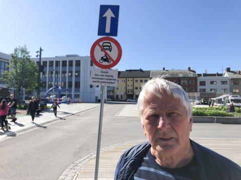 FRYKTER TRAGISK ULYKKE: Steinar Larsen fra Hammerfest frykter at en tragisk ulykke kan skje på Rådhusplassen hvis ikke det blir slutt på den ulovlige kjøringen. Foto: Trond Ivar Lunga