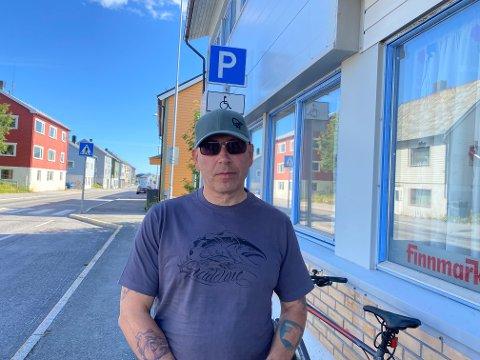 FRYKT: Jan-Erik «Gusse» Jørstad (56) er redd for eget liv langs E75 mellom Vadsø sentrum og Kiby. Han mener at å bevege seg langs veien er livsfarlig for myke trafikanter.
