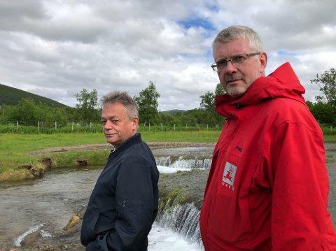 BISTAND: Fred Roald Johnsen håper at NVE vil være til bistand for å redde områder av jordet. F.v. Fred Roald Johnsen og Anders Bjordal.