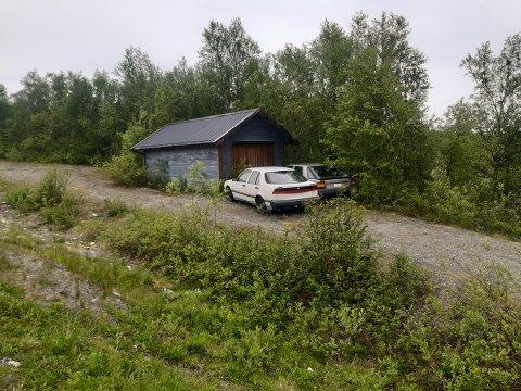 ELVENES: En forsøplingsklage på at disse bilene har stått ved innkjøringen til Odd-Gunnar Jensen i flere år har blitt sendt til Sør-Varanger kommune.