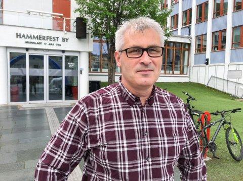 EKSTRA VAKSINEDOSER: Fungerende ordfører Teje Wikstrøm sier kommunen må gi bort doser hvis ikke folk melder seg til å få tatt første vaksinedose. Foto: Trond Ivar Lunga
