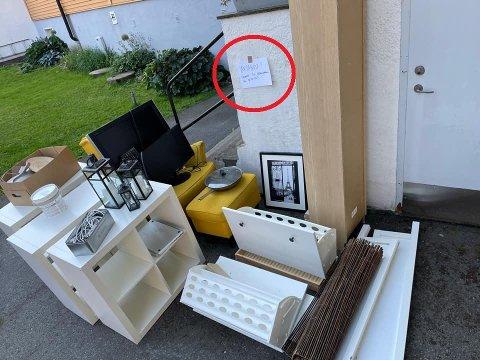 KLAR BESKJED: En rekke møbler sto utenfor inngangen til Hans Petter Blindheim. Like ved var det satt opp en lapp om at det bare var å forsyne seg.