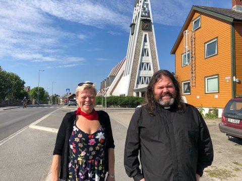 FØRST UTE: Diakon Ingvill Ulveseth og sogneprest Jon Arne Tandberg er klar for den første Pride-gudstjenesten i Hammerfest kirke. Foto: Trond Ivar Lunga