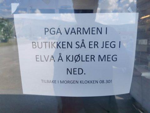 DETTE SKILTET BLE KUNDENE MØTT AV: Polaris Nordkapp avdeling Lakselv valgte å stenge dørene for å nyte godværet på onsdag.