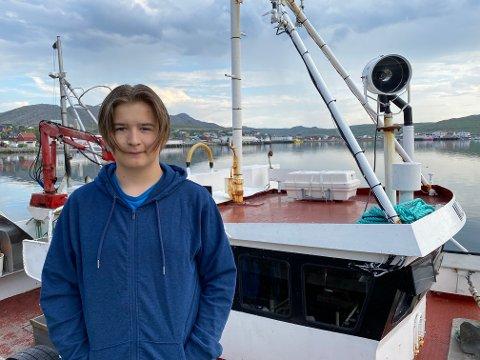 SNART FERDIG: Skage Lydersen har et eller to sjøvær igjen før han har sikret seg 50.000 kroner inntjent gjennom ungdomsfiskeordningen i Gamvik. Her er han avbildet foran «skolefartøyet», Milton.