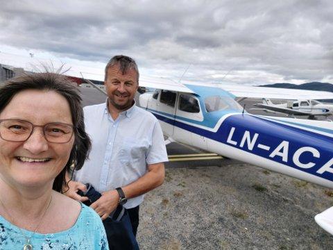 PARTIFLY: Toril Bakken Kåven og pilot Audun Mathiassen besøkte velgere med småfly.