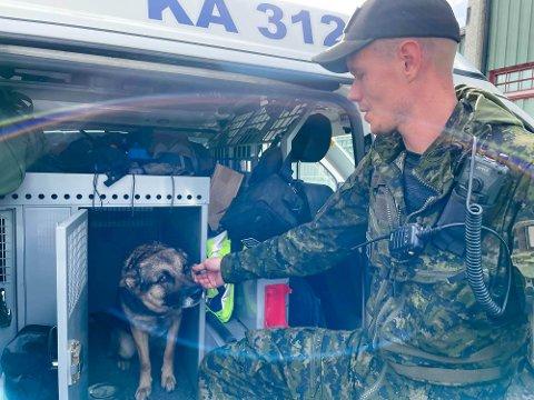 REIST HJEM: Hundefører Jarkko Karkkainen og hunden Jango har vært med på søket etter den savnede karasjokmannen. Nå har de finske hundeførerne reist hjem.