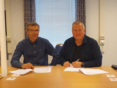 PENN TIL PAPIR: Harald Nilsen AS har vunnet anbudet om å bygge den nye skolen i Båtsfjord. Her er daglig leder, Halvdan Heggheim sammen med ordfører i Båtsfjord kommune, Ronald Wærnes.