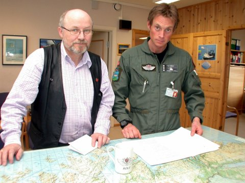 TOSPANN: Daværende ordfører Bjørn Søderholm (H) og daværende kaptein Rolf Folland kjempet for å beholde redningshelikopterbasen i Lakselv på begynnelsen av 2000-tallet. De vant kampen mot de som ville flytte den til Hammerfest.