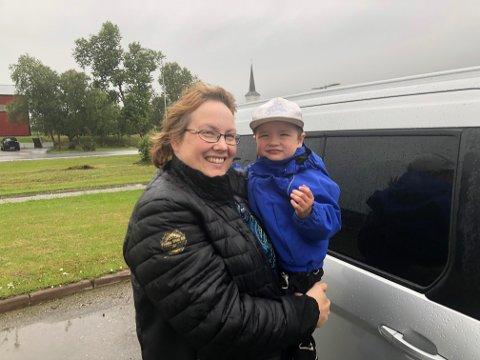 GLAD I LAKSELV: Mamma Inga-Maj Labba smiler etter at sønnen Ante Rasmus Anti (2)fikk behandling av legen i Lakselv. Hjemme i Karasjok ble de avvist, og fikk tilbud om legetime først den 7. september.
