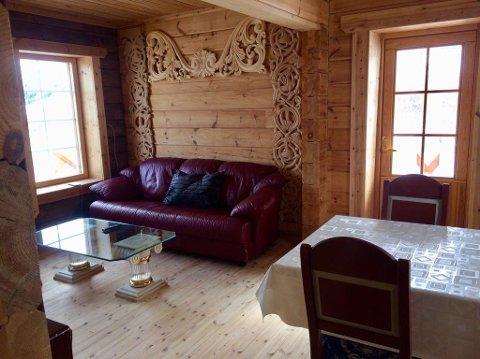 HÅNDLAGET: Utsmykningene av tre innendørs er laget av russeren Vadim Alexeenko, som tidligere drev overnattingsstedet i Bugøyfjord.
