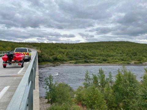 SØK: iFinnmark sin reporter på stedet opplyser at de trolig skal søke med båt for å finne flere rein.
