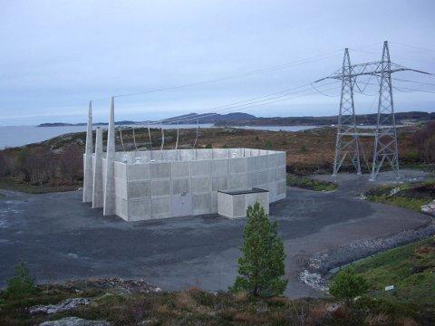 FORDYRER: En slik muffestasjon kan bli satt opp på begge sider av strekket mellom naturreservatet og nasjonalparken i Stabbursdalen etter at Miljødirektoratet har satt foten ned for luftstrekk. Prislappen: 600 millioner kroner.