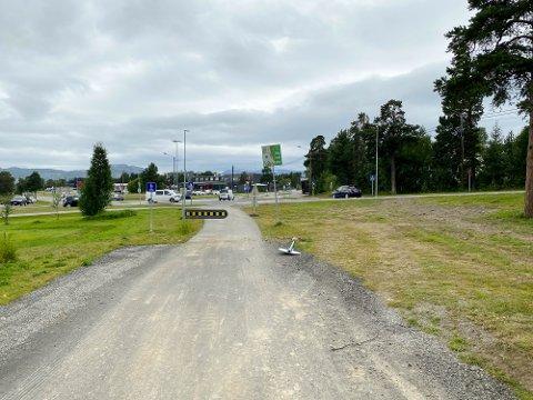 ULOVLIG: Disse sporene viser at det skjer ulovlig kjøring mellom enden av Åsveien og rundkjøringa ved Alta sentrum.