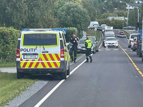 PÅ STEDET: Politiet dirigerte trafikken.