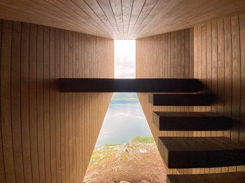 UNIK UTSIKT: Biotope har tegnet dagsturhytta som nå står ferdig på Øksfjordfjellet. Her er det lagt opp til at turfolket kan overnatte om de ønsker det. Da legger de seg til en spektakulær utsikt og de våkner til en spektakulær utsikt.