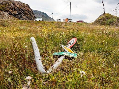 KRAFTIG TRØKK: Skiltet med fartsgrense 50 km, fikk hard medfart og ligger bøyd godt stykke unna der det opprinnelig stod