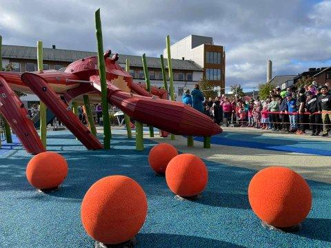 SPENTE: Mange møtte opp og var klare til å ta den nye lekeplassen i Kirkenes i bruk på lørdag.